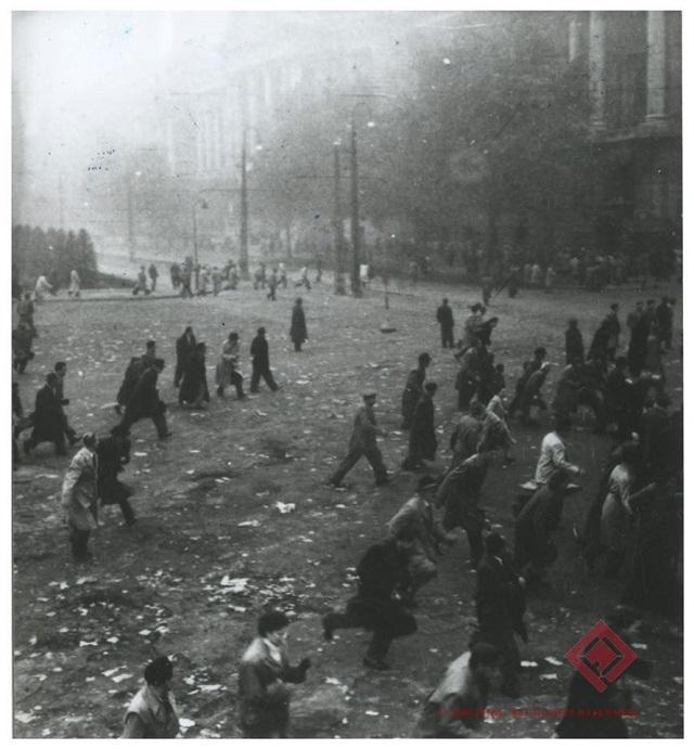 Sortűz a Kossuth téren 1956.10.25-én