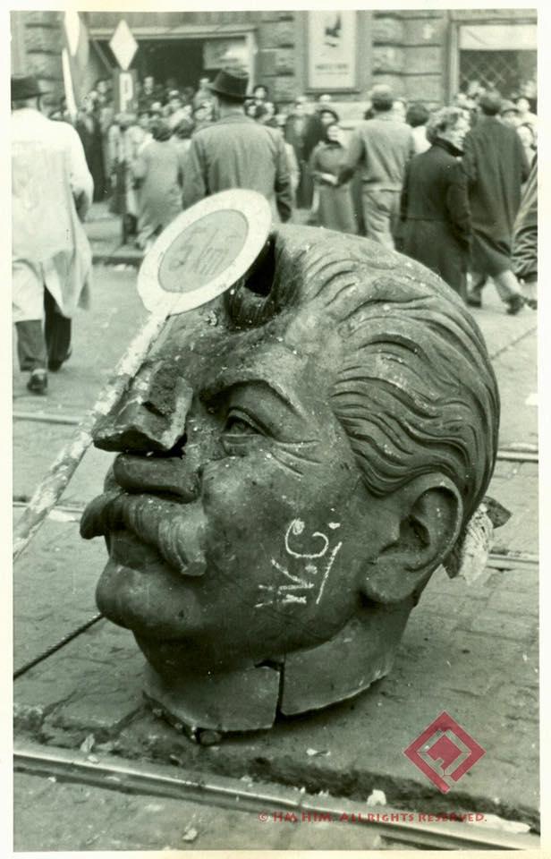 A ledöntött Sztálin-szobor maradványai a Rákóczi út és a Nagykörút sarkán