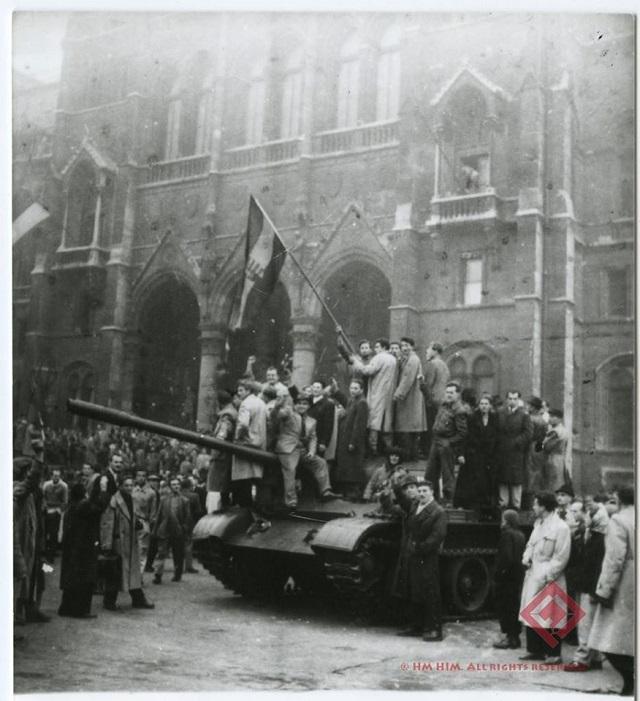 Felkelők barátkoznak a szovjet katonákkal a Kossuth téren 1956.10.25-én