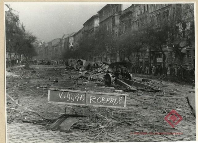 1956. október -pillanatkép a romos körútról.
