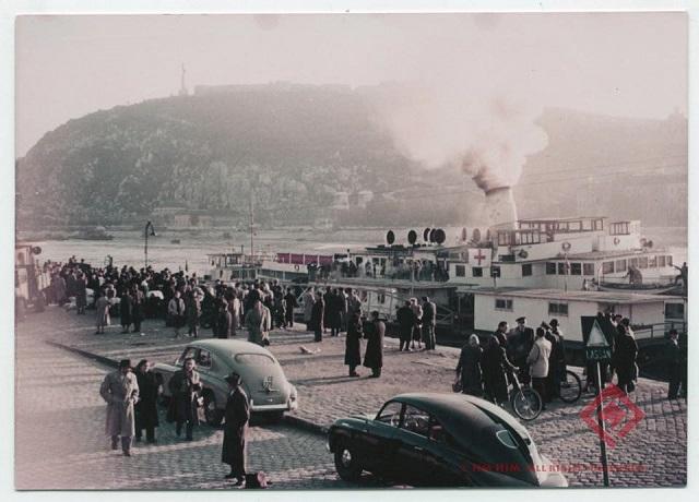 A Budapestről kivonuló szovjet csapatok tagjai személyes holmikat pakolnak hajóra a Vigadó téri hajóállomáson.